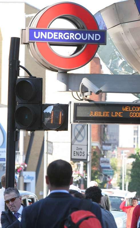 À partir de cet été, Londres va tester son système Scoot pour piétons aux abords de deux stations de métro. Des caméras filmeront et compteront le nombre de personnes présentes aux abords d'un passage protégé afin d'adapter la durée du temps de traversée en conséquence. © Transport for London