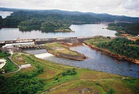 Le barrage de Petit-Saut en Guyane Française, vu de l'aval en juin 2001, montrant le seuil de réoxygénation. © IRD - Bernard de Mérona