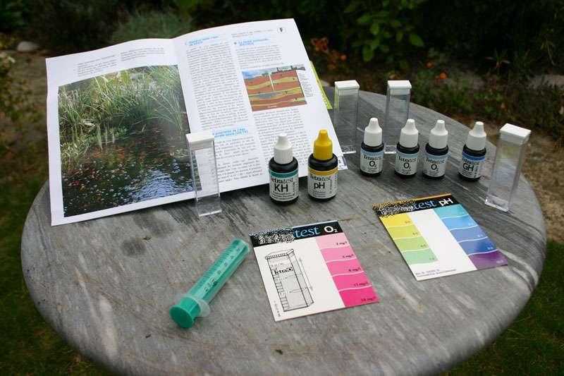 Kit de réactifs liquides pour tester l'eau de son bassin. © Aquatechnobel