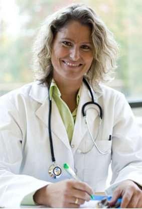 Dès les premiers symptômes, il est important de consulter un médecin qui pourra prendre en charge les hémorroïdes internes. © Phovoir