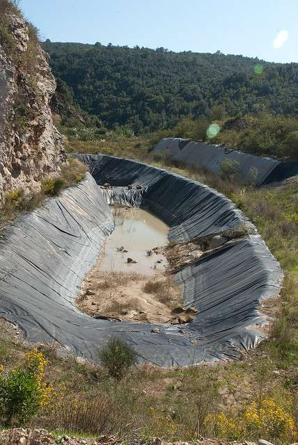 Drain de collecte des lixiviats du centre de dépôt de déchets de La Roque, près de Nice. © nonaladechargedelaroque CC by 2.0