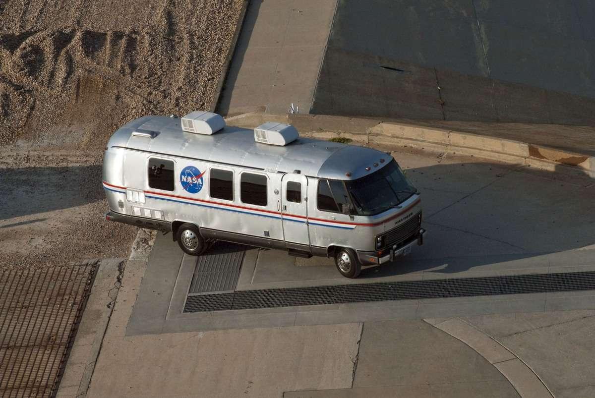 Boeing, qui assurera lui aussi des vols habités pour la Nasa avec sa capsule Starliner, conservera l'iconique Astro Van utilisé depuis plusieurs décennies par l'agence spatiale. © Nasa