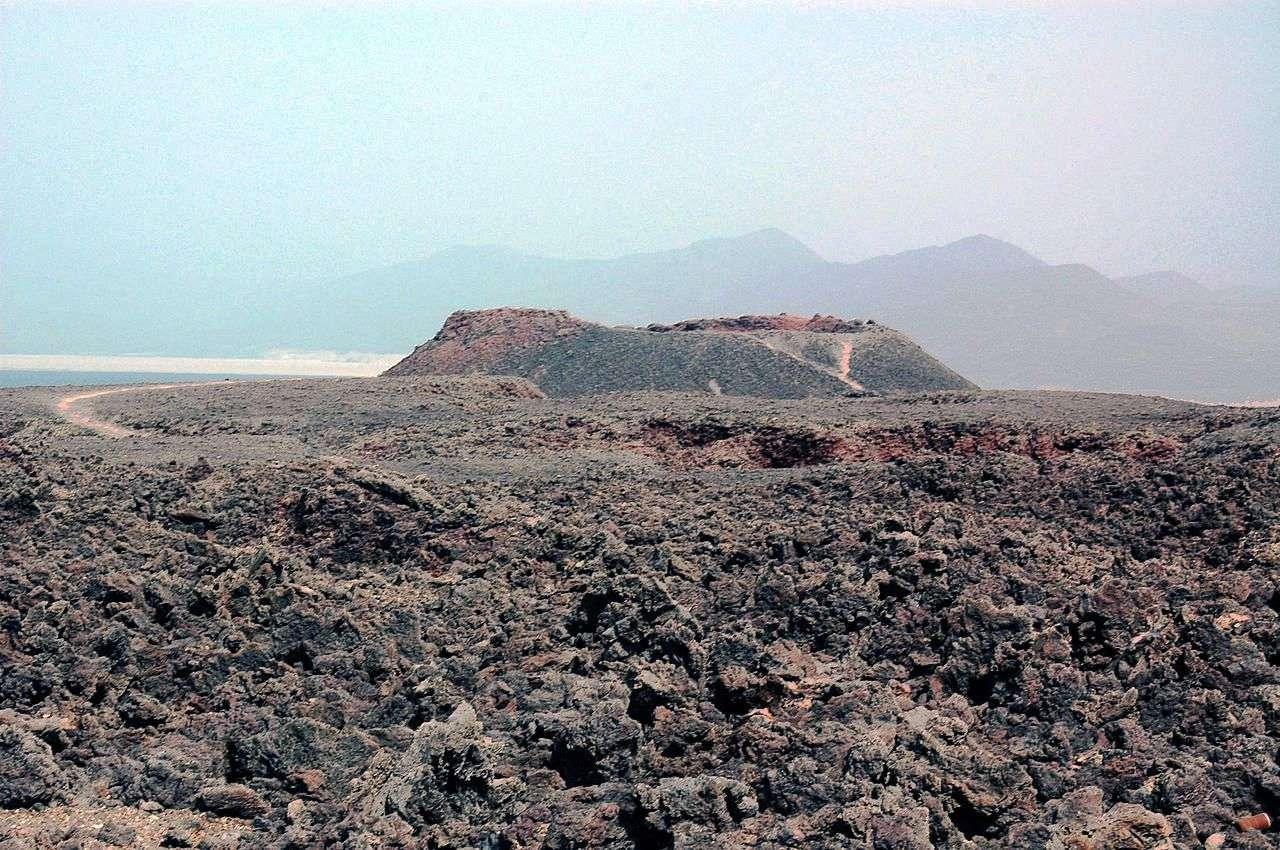L'Ardoukôba, baptisé par Haroun Tazieff du nom du secteur où il est apparu, est un volcan de type fissural à éruption basaltique. Situé sur le rift d'Asal, entre le lac Asal et le Ghoubbet-el-Kharâb, à l'ouest de Djibouti, il a fait une unique éruption du 7 au 14 novembre 1978, libérant plus de 43 mégatonnes de basaltes à phénocristaux et 6 milliards de mètres cubes de gaz constitués de 80 % d'eau. © Rolfcosar, Wikipsédia, GNU 1.2