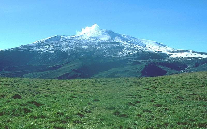 Le Nevado del Ruiz se trouve dans la cordillère Centrale, à environ 500 km au nord de l'équateur, en Colombie. Sa dernière grande éruption date du 11 septembre 1985 et son activité n'avait ensuite complètement cessé qu'en juillet 1991. © USGS (domaine public)