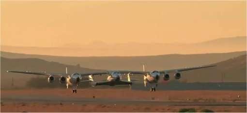 Le WhiteKnight Two décolle du Mojave Air and Space Port portant sous son aile le SpaceShip Two afin de l'emporter au-delà de dix mille mètres d'altitude. Tout semble prêt pour les premiers spatiaux. Le tarif n'est pas encore communiqué. © Virgin Galactic (extrait de la vidéo)