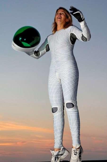 Les combinaisons spatiales, comme ce modèle Biosuit porté par l'astronaute Dava Newman, avec leurs fibres savamment conçues, évoluent grâce aux textiles techniques. Un jour, ce genre de vêtement nous soignera peut-être. © Volker Steger, Science Photo Library