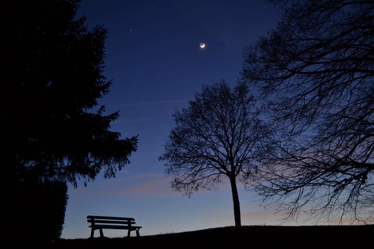 Dimanche 6 février au soir, moment magique avant la nuit. Dans le ciel le croissant lunaire accompagné de sa lumière cendrée n'est pas loin de Jupiter. © J.-B. Feldmann