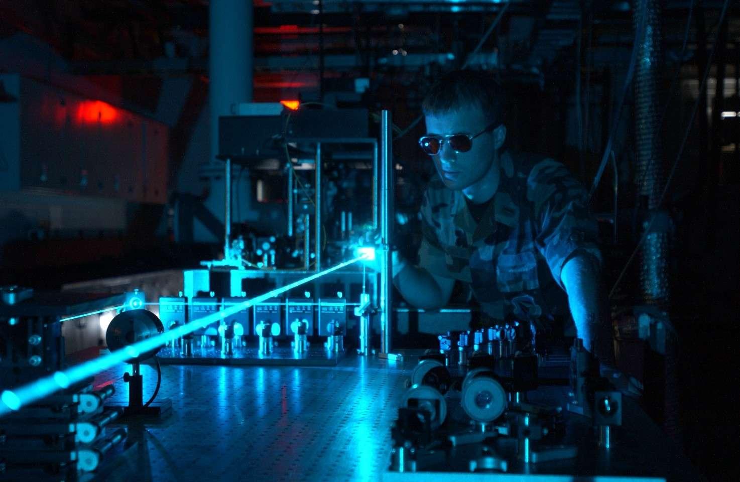 Une expérience menée avec un laser par un membre de l'AFRL (United states Air Force Research Laboratory) © DP, Wikipédia