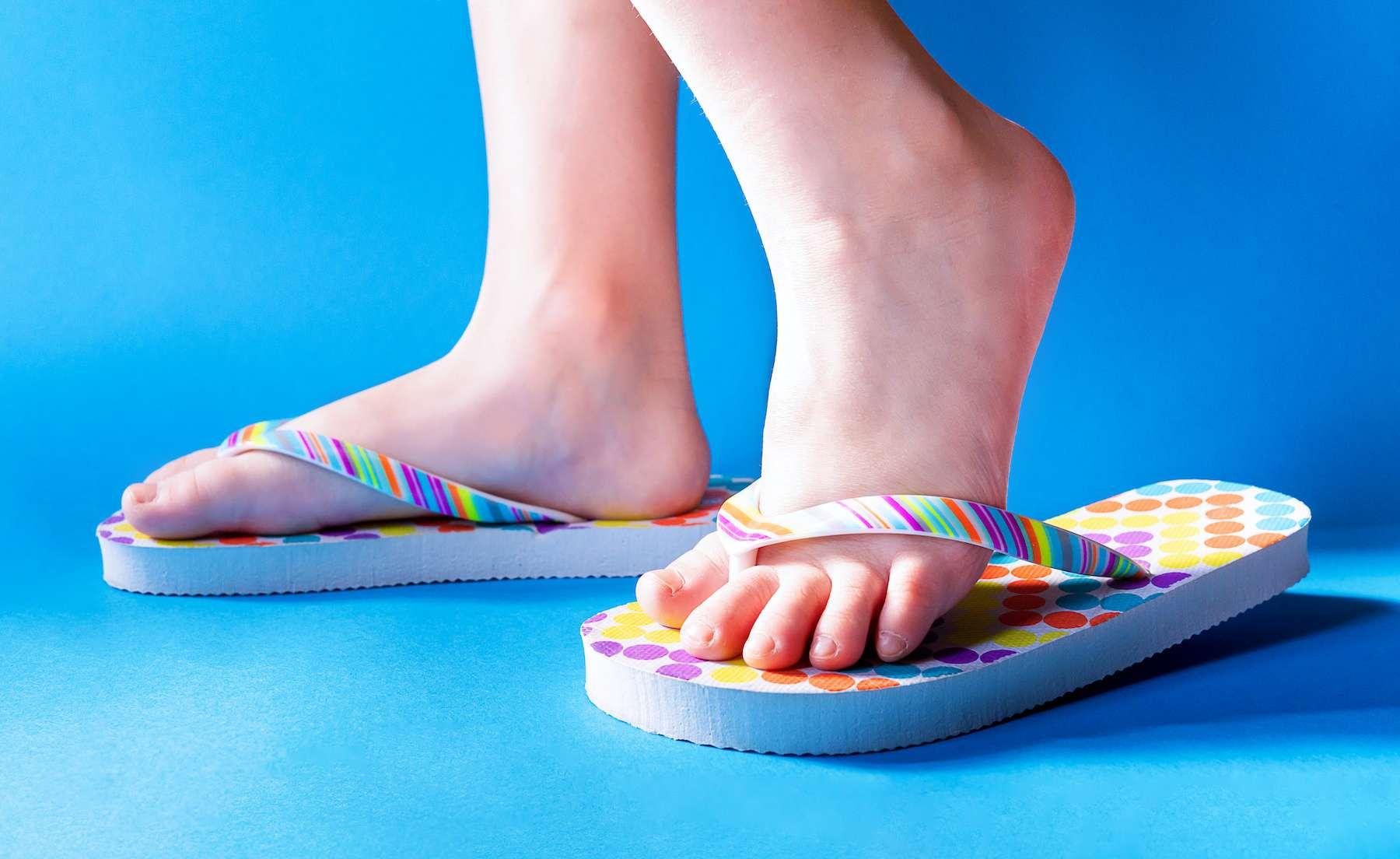 La tong favorise le « découplage » entre la semelle et le pied. © Borysovsky, Adobe Stock