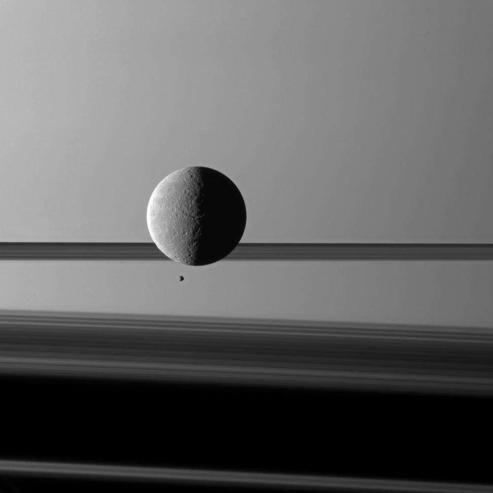 Le ballet des satellites Rhéa et Epimetheus a été saisi par la sonde Cassini avec les anneaux et Saturne en arrière-plan. Crédit Nasa