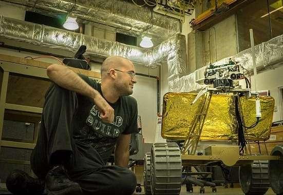 Daniel Shafrir est l'étudiant qui pilote le projet de rover lunaire à l'université Carnegie Mellon. L'engin sera envoyé sur la Lune début 2016. Sa caméra 3D motorisée se synchronisera avec les mouvements de la tête d'une personne équipée d'un casque à réalité virtuelle. L'utilisateur aura le sentiment d'être sur la Lune et de regarder avec les yeux du robot. © Daniel Shafrir, Carnegie Mellon