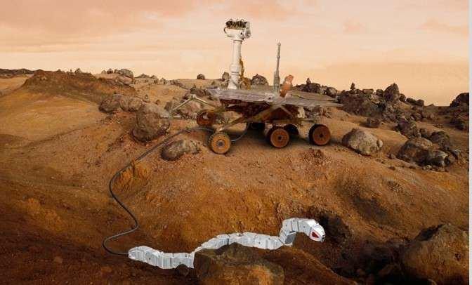 Voilà à quoi pourrait ressembler la combinaison d'un rover et d'un robot-serpent pour explorer Mars (montage). Le robot-serpent pourrait se détacher du rover, puis se faufiler pour atteindre des zones difficiles et récolter des échantillons. Le câble reliant les deux engins servirait non seulement à l'alimentation et au transfert des données, mais également de treuil en cas d'enlisement du rover. © Sintef ICT
