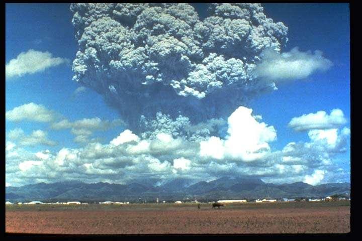 Entre juin et septembre 1991, l'éruption du stratovolcan Pinatubo, aux Philippines, a envoyé dans l'atmosphère 10 km3 de matériaux solides et 20 millions de tonnes de dioxyde de soufre dans la stratosphère. Ces aérosols absorbent le rayonnement solaire et ont donc un effet refroidissant mais qui a sans doute été surestimé jusque-là. © Nasa, Giss