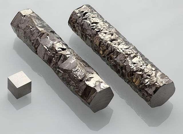 Barres de zirconium cristallisé grâce au procédé Van-Arkel-de-Boer à côté d'un cube de zirconium. © Alchemist-hp, Wikimedia Commons, CC by-nc-nd 3.0