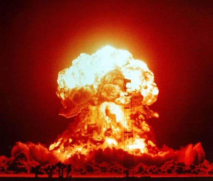 Explosion de Badger le 18 avril 1953 sur un site de test du Nevada, aux États-Unis. Cet essai atomique est dit atmosphérique car il a été réalisé en surface. D'autres ont eu lieu sous terre, sous l'eau ou dans la haute atmosphère. © National Nuclear Security Administration, DP