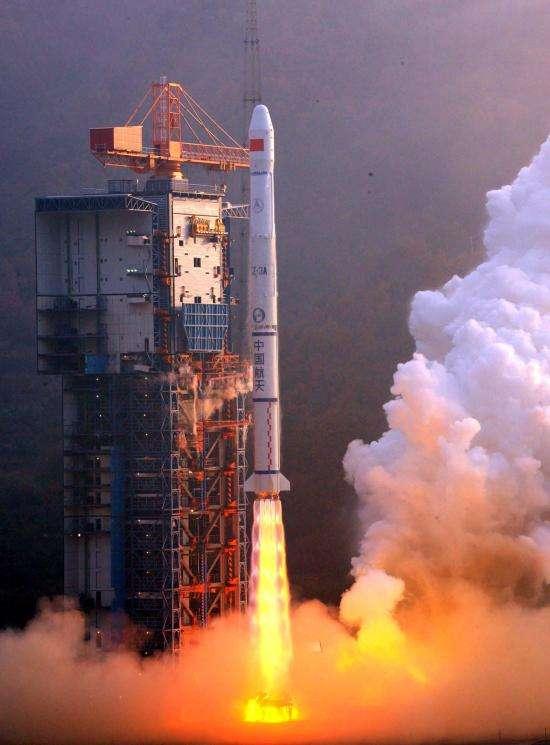 Une fusée Longue Marche 3 au décollage. Ce type de lanceur a permis la mise en orbite des satellites de Beidou, le GPS chinois qui vient d'entrer en service commercial. © Xinhua