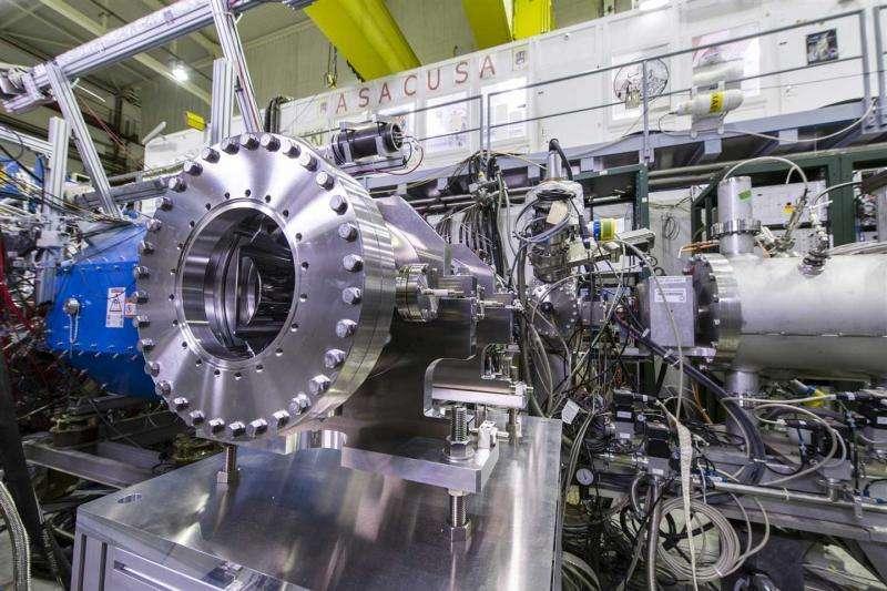 Les chercheurs ont utilisé l'expérience Asacusa, au Cern, pour comparer la masse du proton et celle de l'antiproton sans découvrir de différence mesurable. Elle va servir à mesurer d'autres caractéristiques des atomes d'antihydrogène. Les chercheurs espèrent y trouver des traces d'une nouvelle physique au-delà du modèle standard. © Cern
