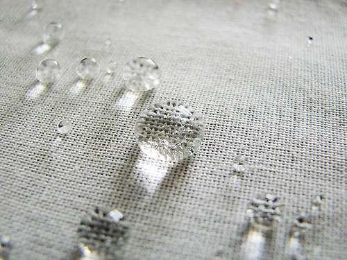 Un élément hydrofuge est imperméable, il ne laisse donc pas passer l'eau. © fdecomite, CC BY 2.0, Flickr