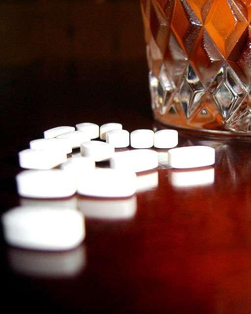 La pilule contre l'ivresse n'est probablement pas pour demain. Les chercheurs ne veulent pas mettre au point un médicament qui permettrait aux gens de boire et de prendre le volant, ils y voient plutôt l'occasion de dissocier le plaisir de la boisson et pousser la personne dépendante à quitter son addiction. © Platinum, Flickr, cc by nc sa 2.0