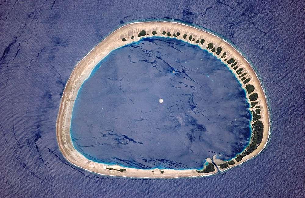 Nukuoro est un atoll micronésien. Grossièrement circulaire, il possède un récif barrière quasiment ininterrompu. Il se compose de 46 îles et recouvre en tout une surface de 1,76 km2. © Nasa