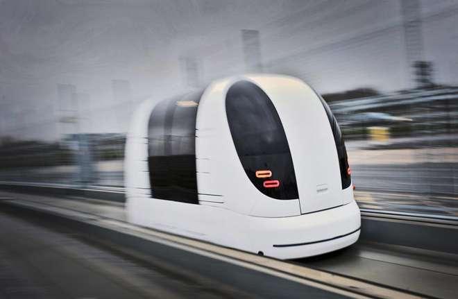 Située au nord de Londres, la ville de Milton Keynes bénéficie de routes suffisamment larges pour en réserver un segment aux capsules roulantes automatisées. Guidés par des rambardes, les véhicules électriques peuvent transporter au moins deux personnes et leurs bagages à une vitesse d'environ 20 km/h. Ils sont capables de s'arrêter automatiquement en cas d'obstacle et se rechargent lorsqu'ils déposent leurs passagers. © Ultra Global PRT