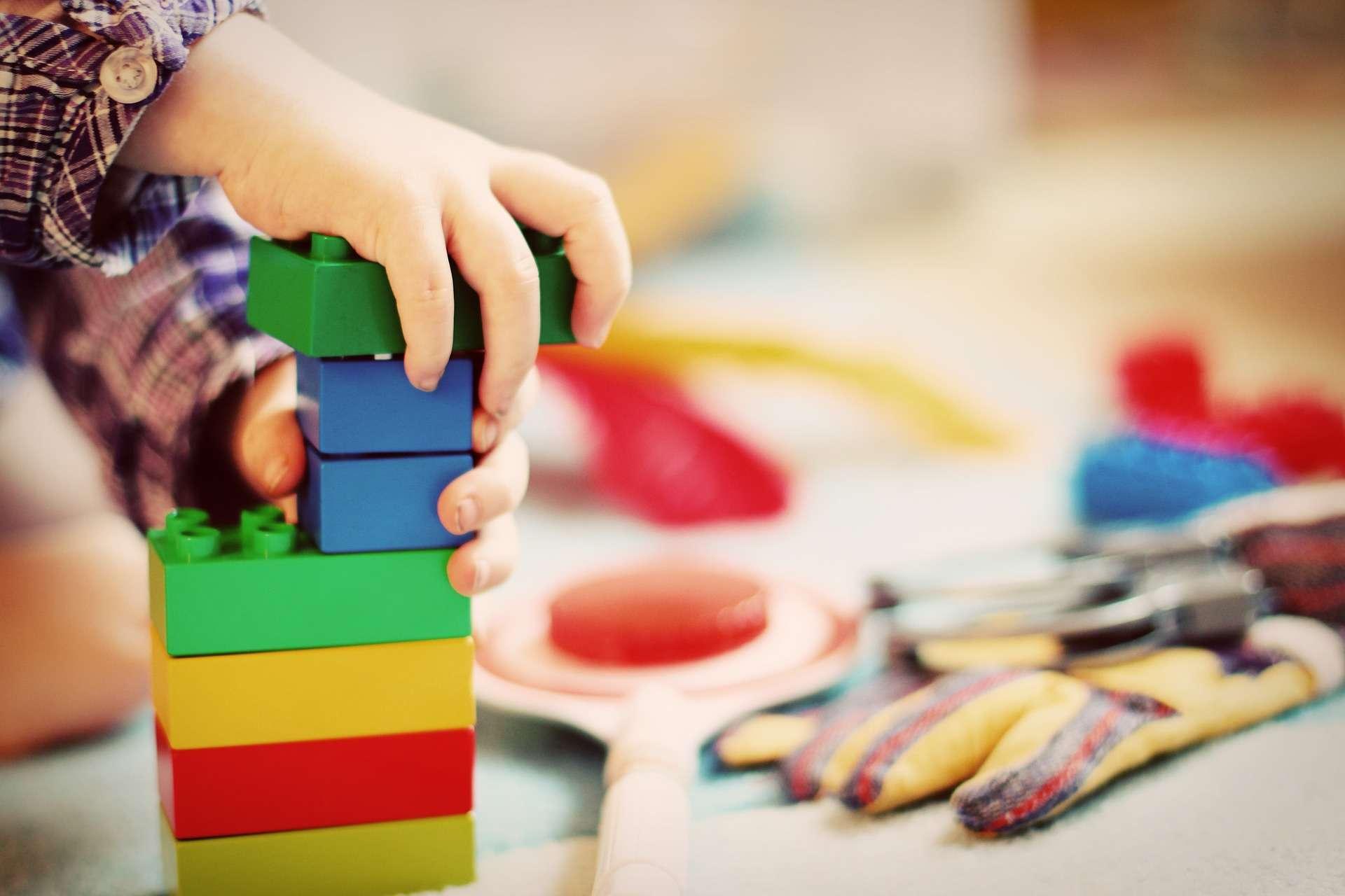 Certains composés plastiques présents dans les jouets pour enfants sont retrouvés dans leur sang et leur urine. © Esi Grünhagen, Pixabay