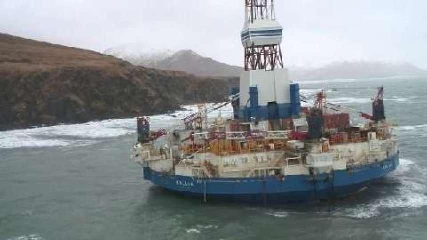 La plateforme pétrolière Kulluk échouée en Alaska