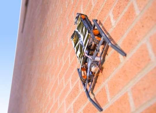 Cet alpiniste mécanisé pourra un jour aller inspecter un mur, le peindre ou déboucher la gouttière. © SRI International
