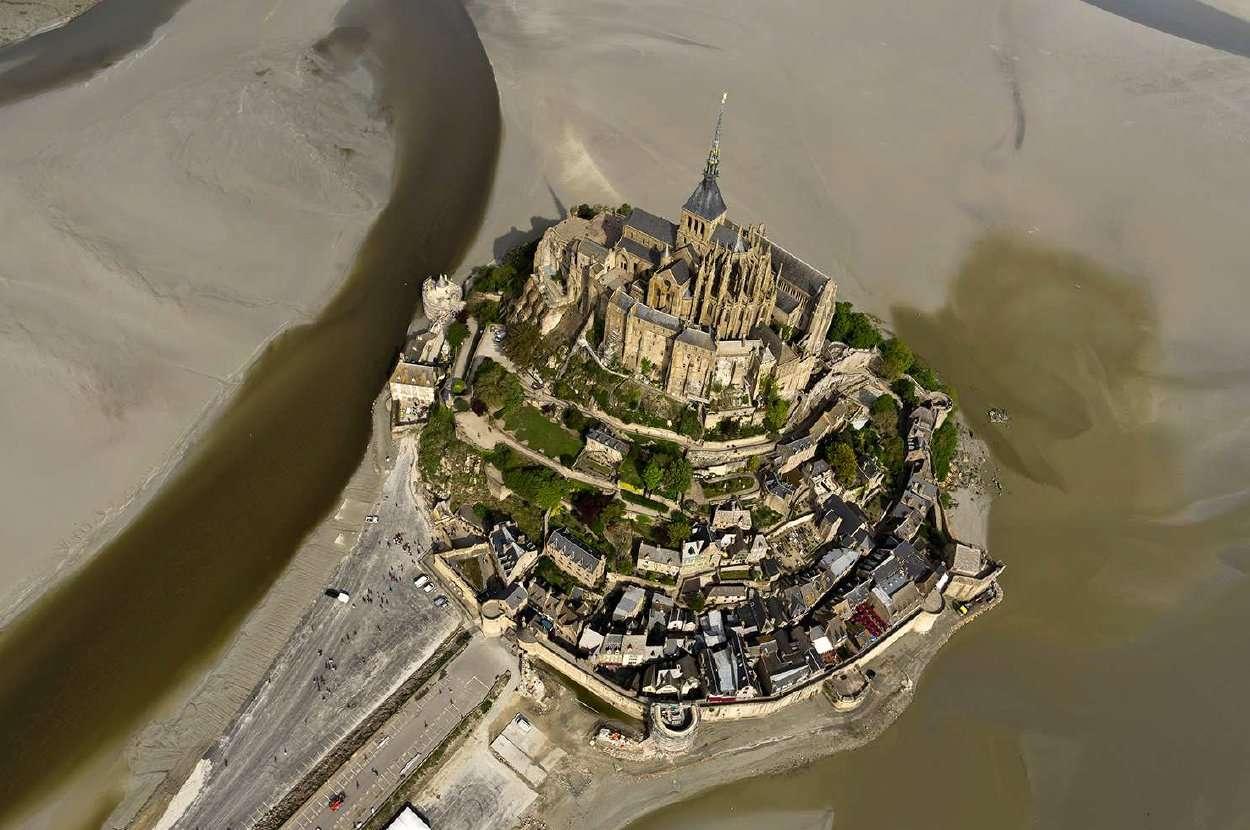 Le mont Saint-Michel comme on ne peut plus le voir d'avion ou d'ULM car le survol rapproché est interdit. © Altibreizh