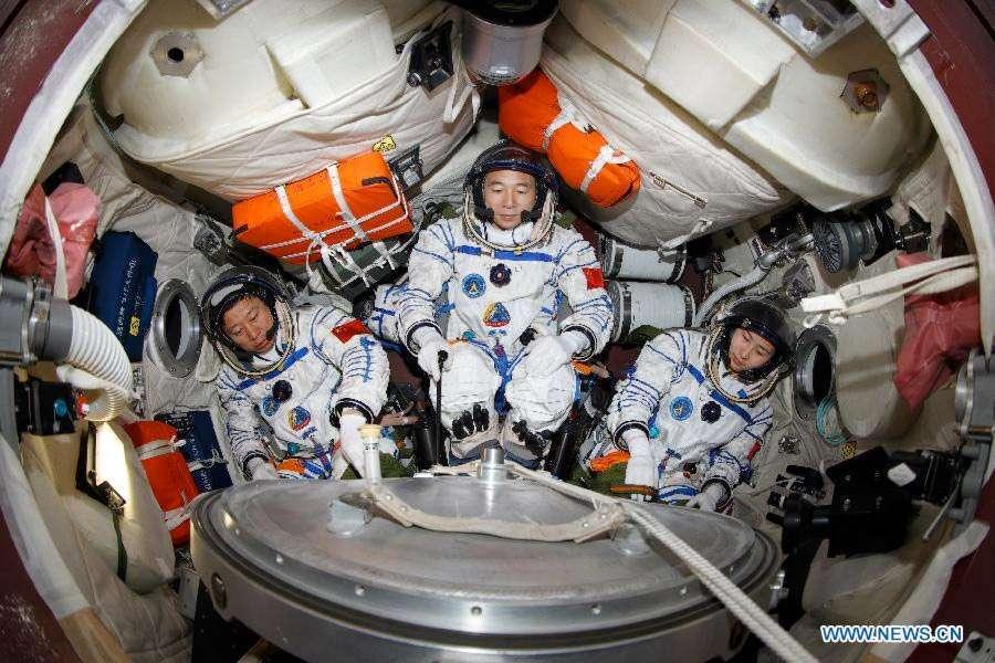 L'équipage de Shenzhou-9, avec de gauche à droite, Liu Wang, Jing Haipeng et Liu Yang, est de retour sur Terre après une mission historique bien réussie. © Xinhua news agency