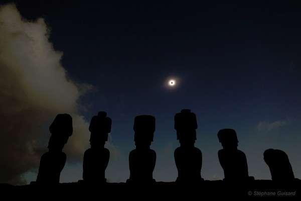 Installé au pied des monumentales statues de l'île de Pâques, l'astronome S. Guisard a réalisé l'une des plus belles images de l'éclipse totale de Soleil du 11 juillet 2010. Crédit S. Guisard/www.astrosurf.com, avec l'autorisation de l'auteur