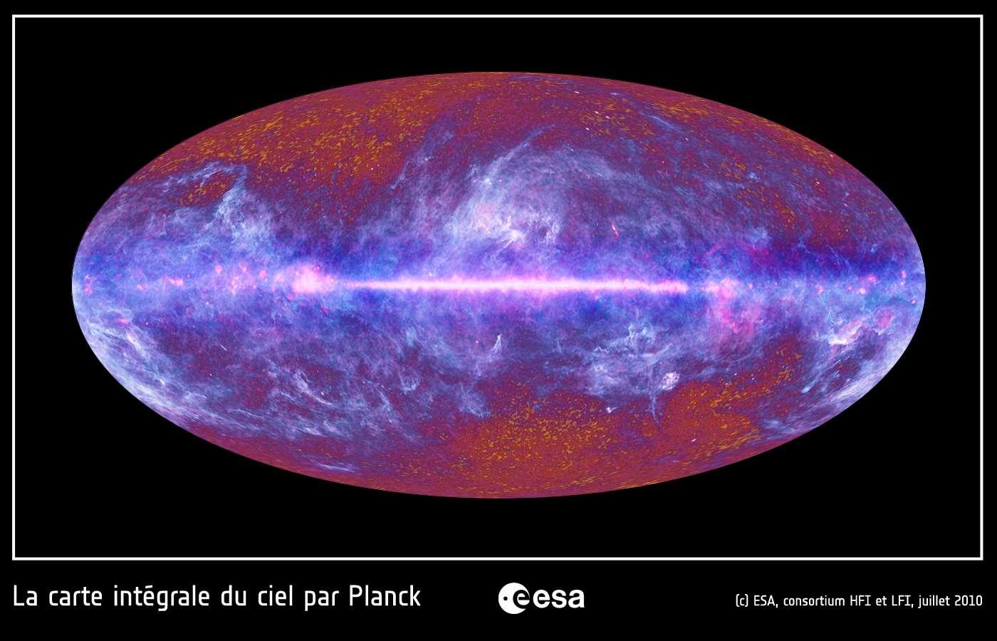 Le ciel micro-ondes vu par le satellite Planck. Notre Galaxie, la Voie lactée, est bien visible dans l'image comme une bande claire horizontale. Une grande région du ciel est illuminée par notre Galaxie, comme en témoignent ces structures claires et filamenteuses qui s'étendent bien au-delà du plan de notre Voie lactée. Ces émissions ont pour origine le gaz et les poussières du milieu interstellaire. Le rayonnement fossile est visible sur cette image sous la forme de structures granulaires rougeâtres, principalement visibles au haut et en bas de l'image, où l'émission de notre Galaxie est très faible. © Esa, HFI & LFI Consortia