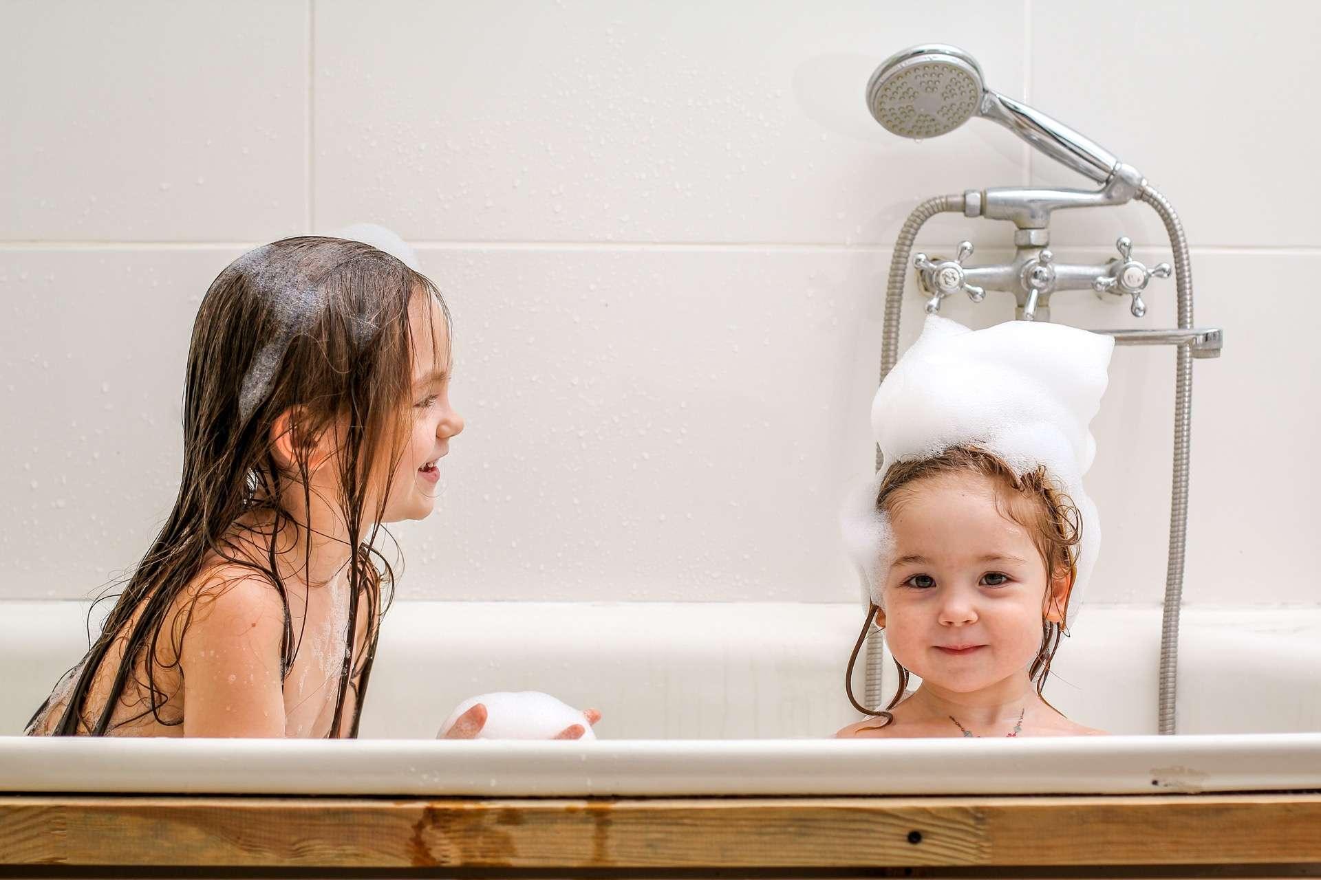 La fréquence à laquelle votre enfant a besoin d'un bain dépend de son âge et de ses activités. © korisbo, Adobe Stock