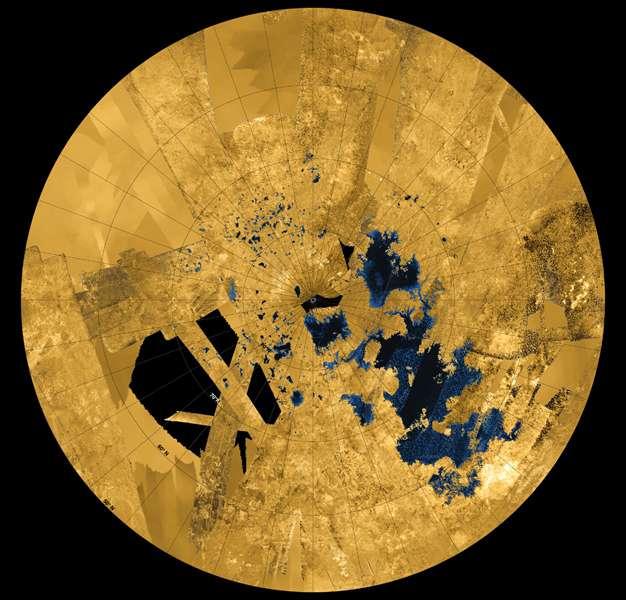 Mosaïque d'images — en fausses couleurs — de l'hémisphère nord de Titan créée à partir des données acquises entre 2004 et 2013 par le radar de la sonde spatiale Cassini. Mers, lacs et rivières d'hydrocarbures maculent le paysage de taches d'un bleu profond. L'ensemble couvre une surface de 1.800 km sur 900. Chaque petit lac près du pôle s'étend sur environ 50 km de long. © Nasa, JPL-Caltech, ASI, USGS