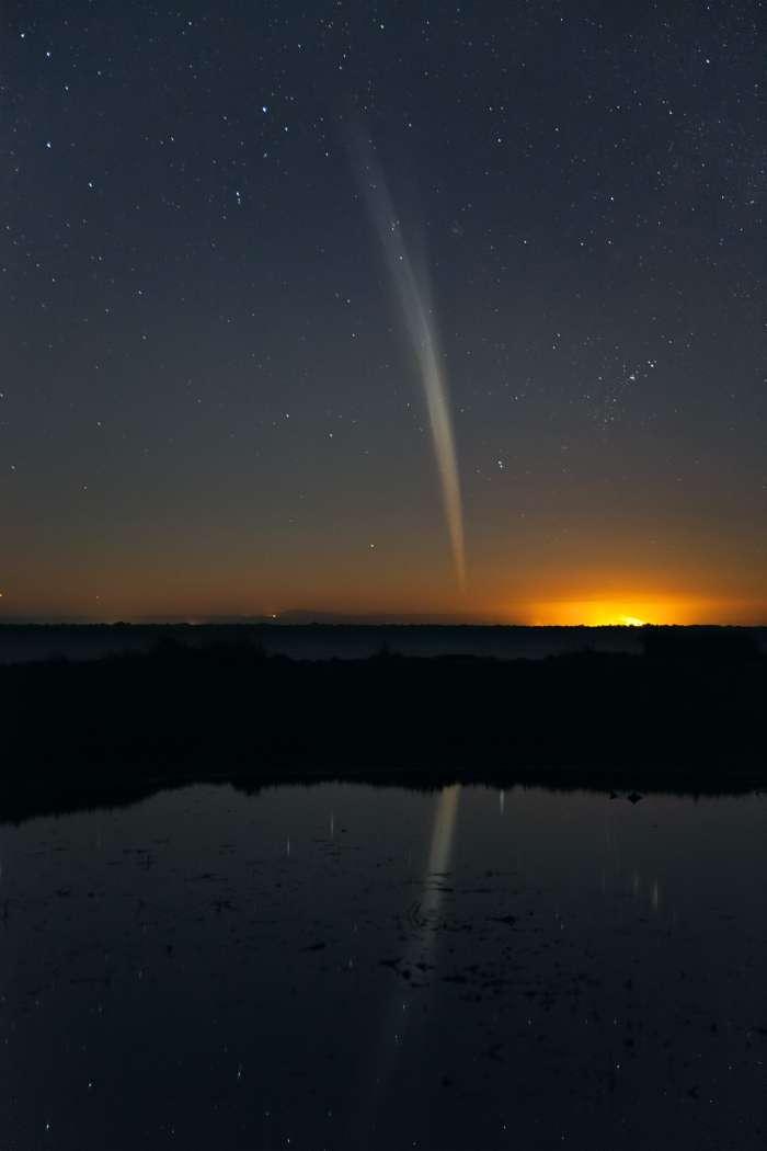 Cette image prise depuis l'Australie le 22 décembre 2011 montre le spectacle offert par la comète Lovejoy après son survol du Soleil. © C. Legg