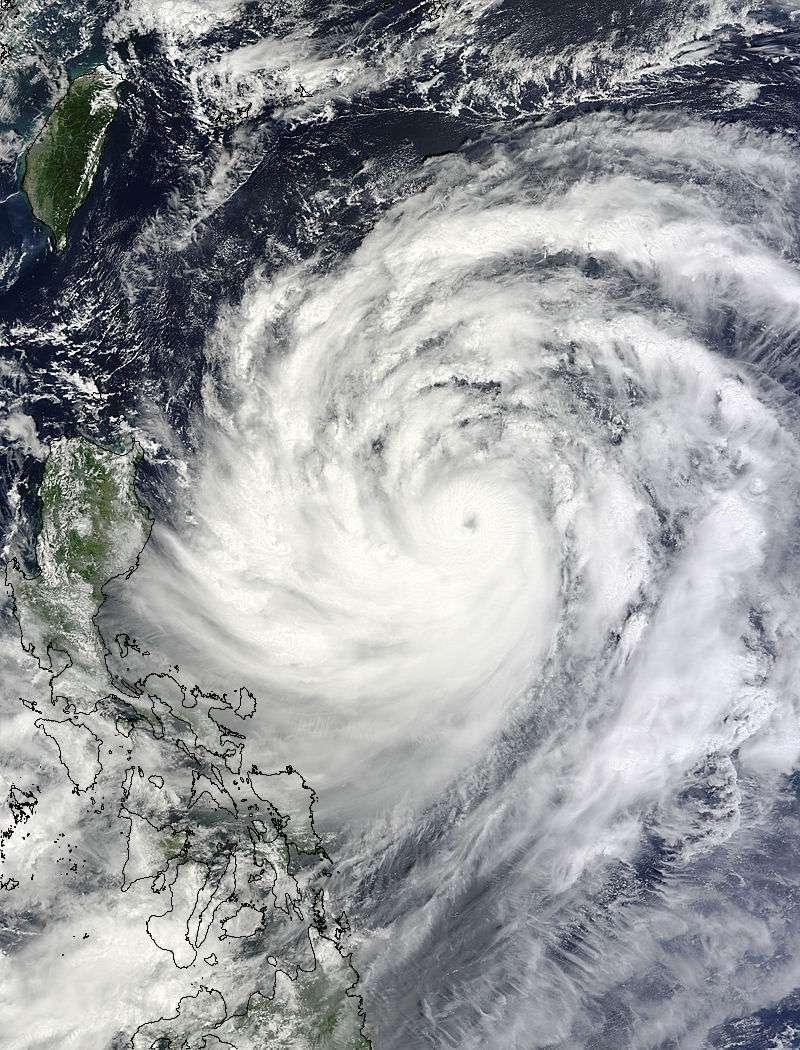 L'instrument Modis, à bord du satellite Terra de la Nasa, a capturé cette image du typhon Usagi se déplaçant près des Philippines, le 19 septembre à 2 h 25 UTC (4 h 25 du matin en France). © Nasa