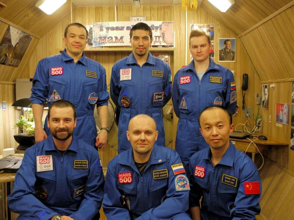 Les six membres d'équipage de Mars 500, photographiés pour fêter la première année à bord. © Esa