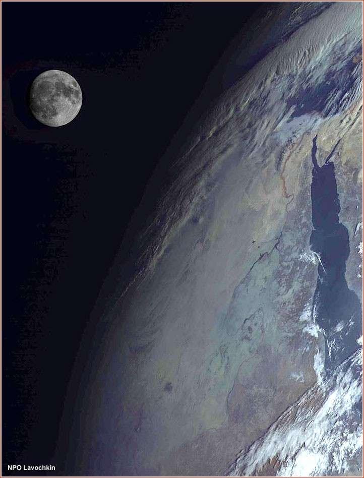 La Terre et la Lune saisies au mois de mars par le satellite russe Elektro-L1. © NPO Lavochkin