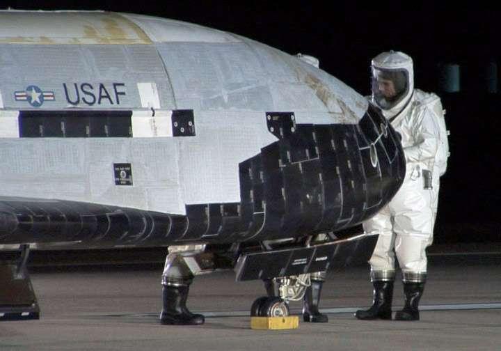 Le premier X-37B a été lancé en avril 2010. Il est revenu se poser sur Terre le 3 décembre après plus de 210 jours en orbite. Officiellement la mission est annoncée comme ayant été particulièrement réussie. La seule anomalie divulguée à ce jour est un pneu explosé lors de l'atterrissage. Comme le montre cette image, l'engin a bien résisté à son séjour dans l'espace. © USAF