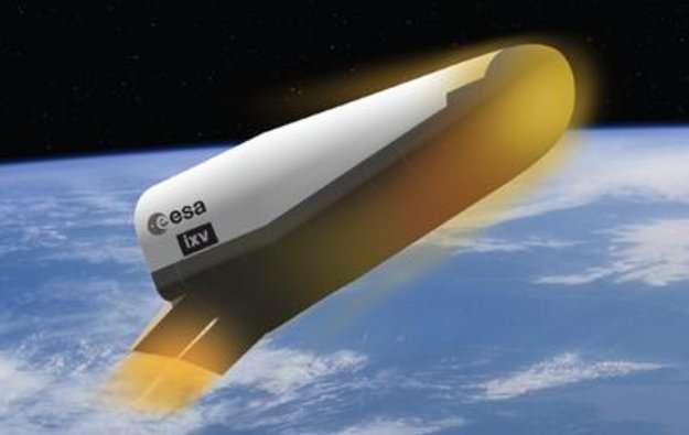 Vue d'artiste du IXV au moment de la rentrée dans l'atmosphère. Cet engin à corps portant n'a pas d'ailes : c'est le fuselage qui assure la portance. Les propulseurs et des volets, situés à l'arrière et visibles sur cette image, permettront de contrôler la trajectoire. L'IXV terminera son vol sous parachute et tombera en mer où des flotteurs, gonflés au bon moment, le maintiendront en surface jusqu'à sa récupération. © Esa