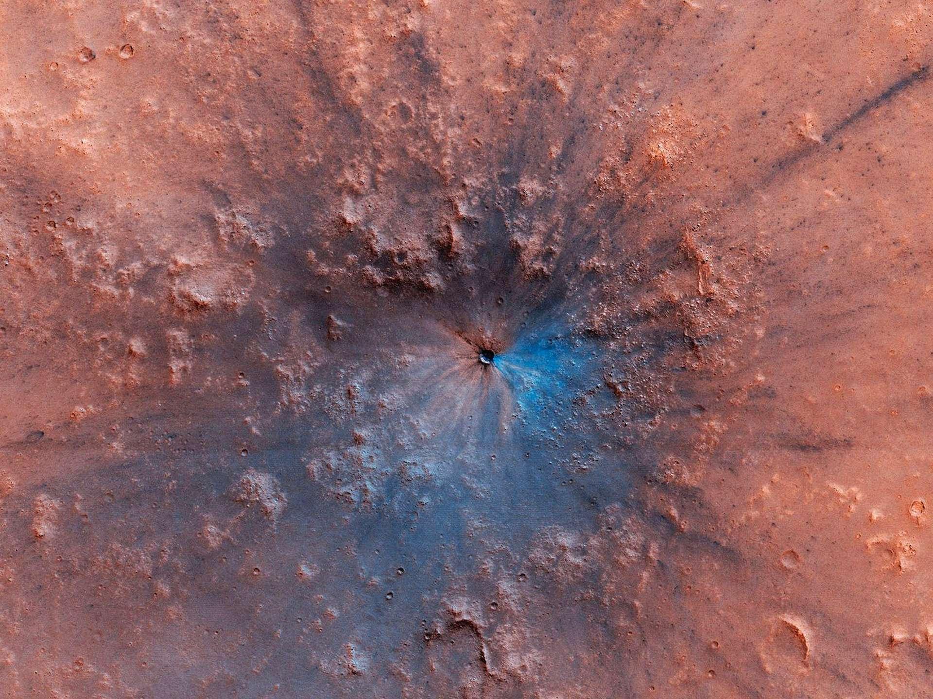Les cratères d'impact récents comme celui-ci sont rares à la surface de Mars. Image en haute résolution ici. © Nasa, JPL, University of Arizona