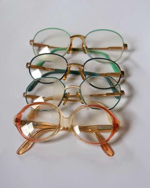 Pour traiter le strabisme d'un enfant, il existe des lunettes qui cachent une partie de la vision. © Laurence Vagner, Flickr CC by nc sa 2.0
