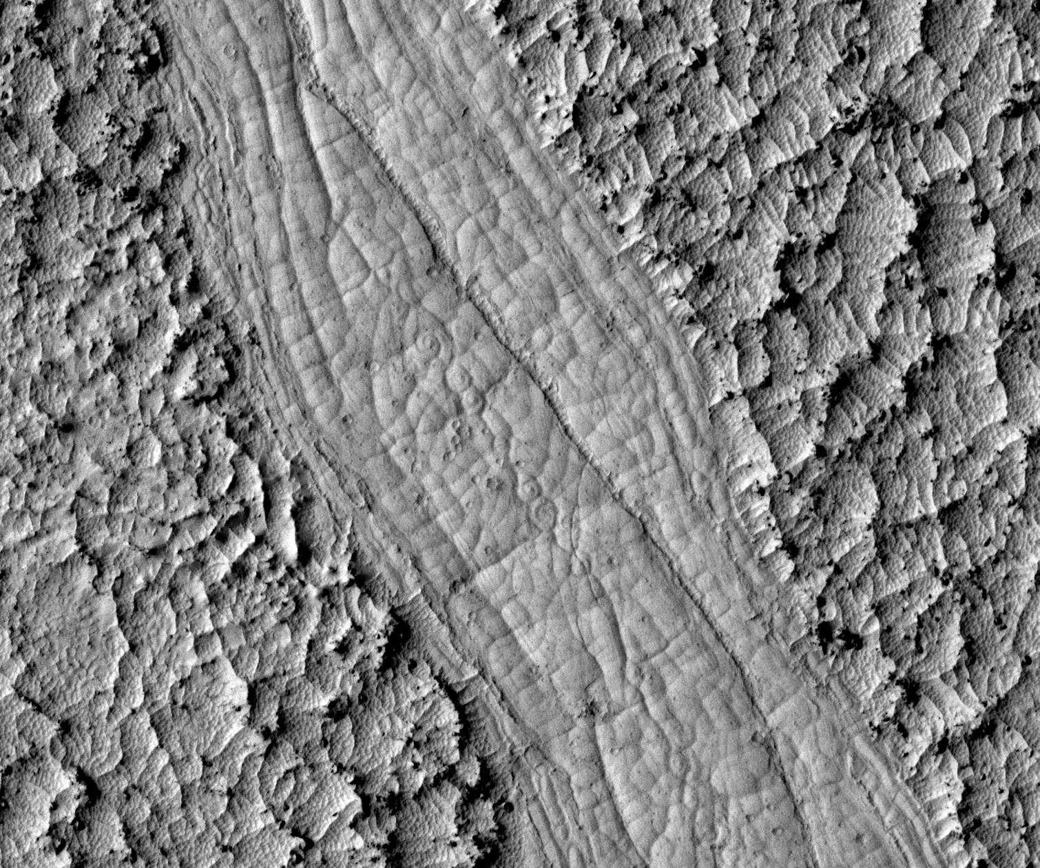 Les spirales découvertes au fond des chenaux d'Athabasca Valles confirment l'origine volcanique de ces écoulements martiens. © Nasa