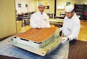 Les équipes d'EADS LV conduisent actuellement d'ultimes travaux de finition sur les panneaux de protection anti-météorites du laboratoire européen Columbus.crédit : EADS LV