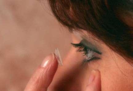 Porter des lentilles nécessite de respecter des règles d'hygiène. © Phovoir