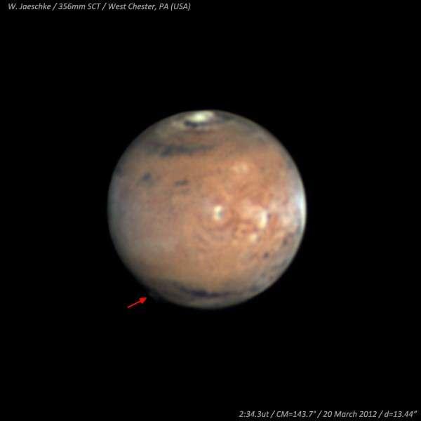 Le 20 mars dernier, l'astronome américain Wayne Jaeschke a photographié un étonnant nuage d'altitude sur le bord de la Planète rouge. © W. Jaeschke