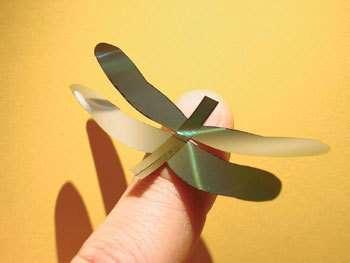 Libellule artificielle en silicium développée par Silmach. Ses battements d'ailes reproduisent fidèlement ceux du modèle biologique. © SilMach