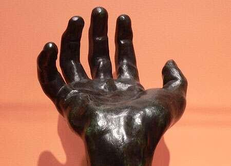 Rodin a notamment sculpté la main d'un homme probablement atteint du syndrome d'Apert, une maladie génétique rare dans laquelle les articulations de la main sont fusionnées. © David Monniaux, Wikimedia Commons, cc by sa 2.0
