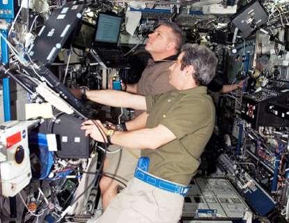 Léopold Eyharts, Mission Specialist, au premier plan, et Gregory H. Johnson, pilote, dans le module Destiny de la station spatiale. © Nasa