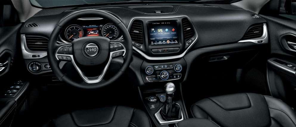 La technique utilisée pour prendre le contrôle du véhicule exploite une faille de sécurité découverte dans le service Uconnect proposé par le groupe Fiat Chrysler et servant à piloter certaines fonctions via un smartphone. © Jeep